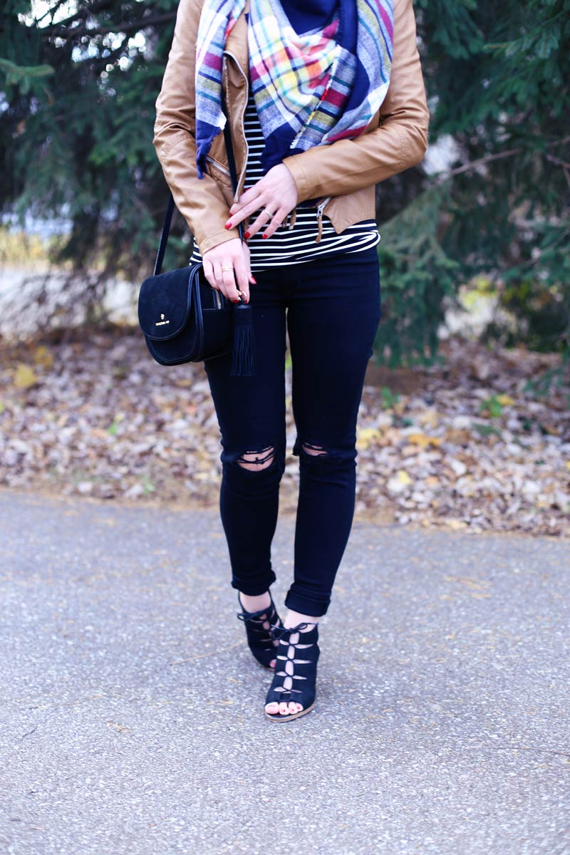 Comfy skinny jeans are a must for a Thanksgiving outfit. Find out more at Twist Me Pretty.