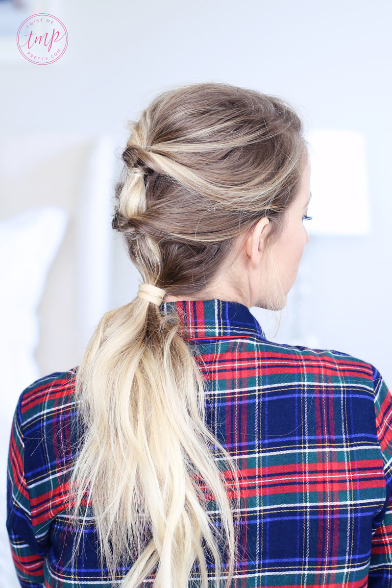 Quick and easy flipped-through ponytails: the perfect Christmas morning hairstyle! Twist Me Pretty