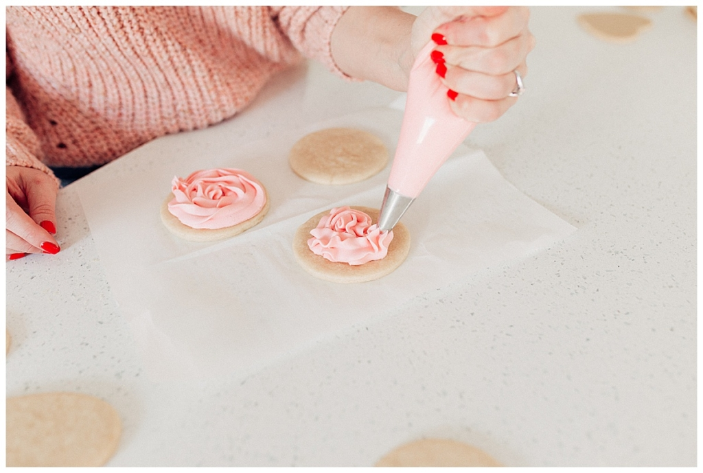 3 fail proof ways to frost Valentines Sugar Cookies how to frost sugar cookies with twistmepretty.com