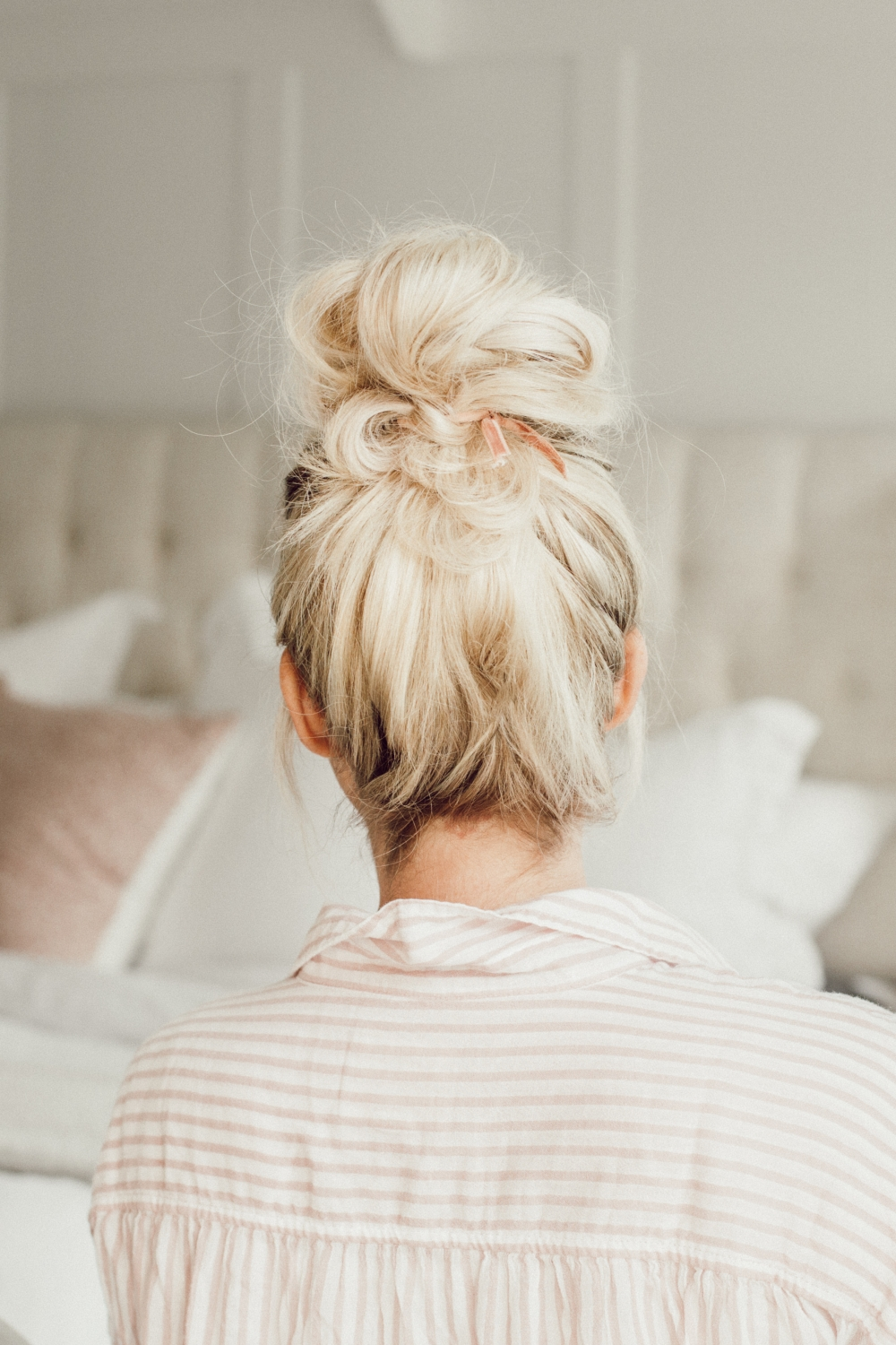 I love messy buns! These five ways to wear them are so cute from Twistmepretty.com