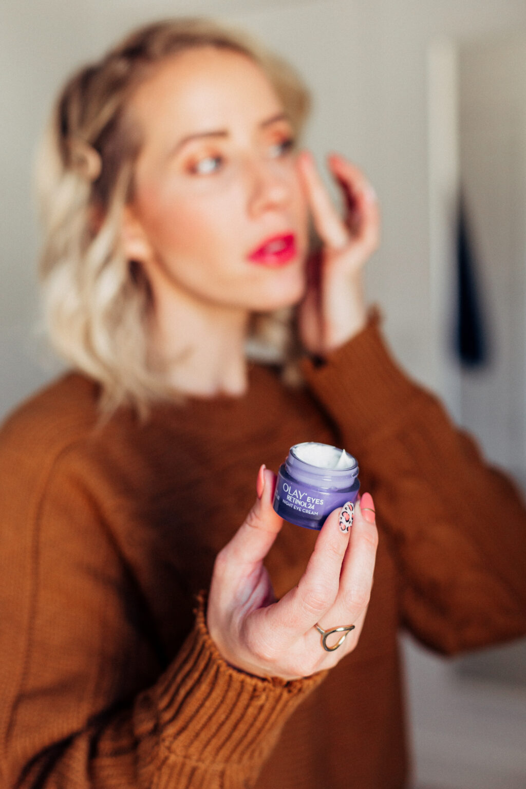 How does retinol work and what can retinol help? Find out all the details for why you need retinol in your skincare routine.