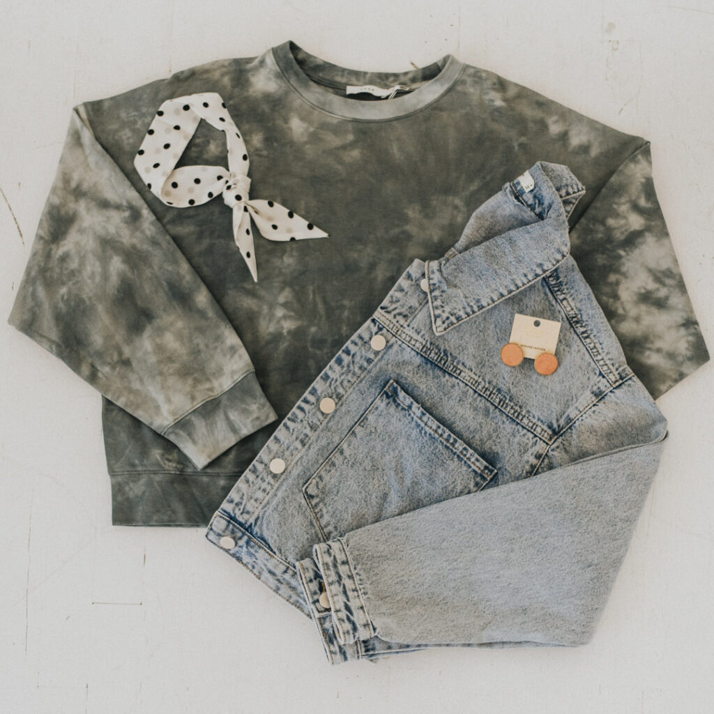 Tie dye sweatshirt and a denim jacket both make the perfect wardrobe staples this fall and winter!