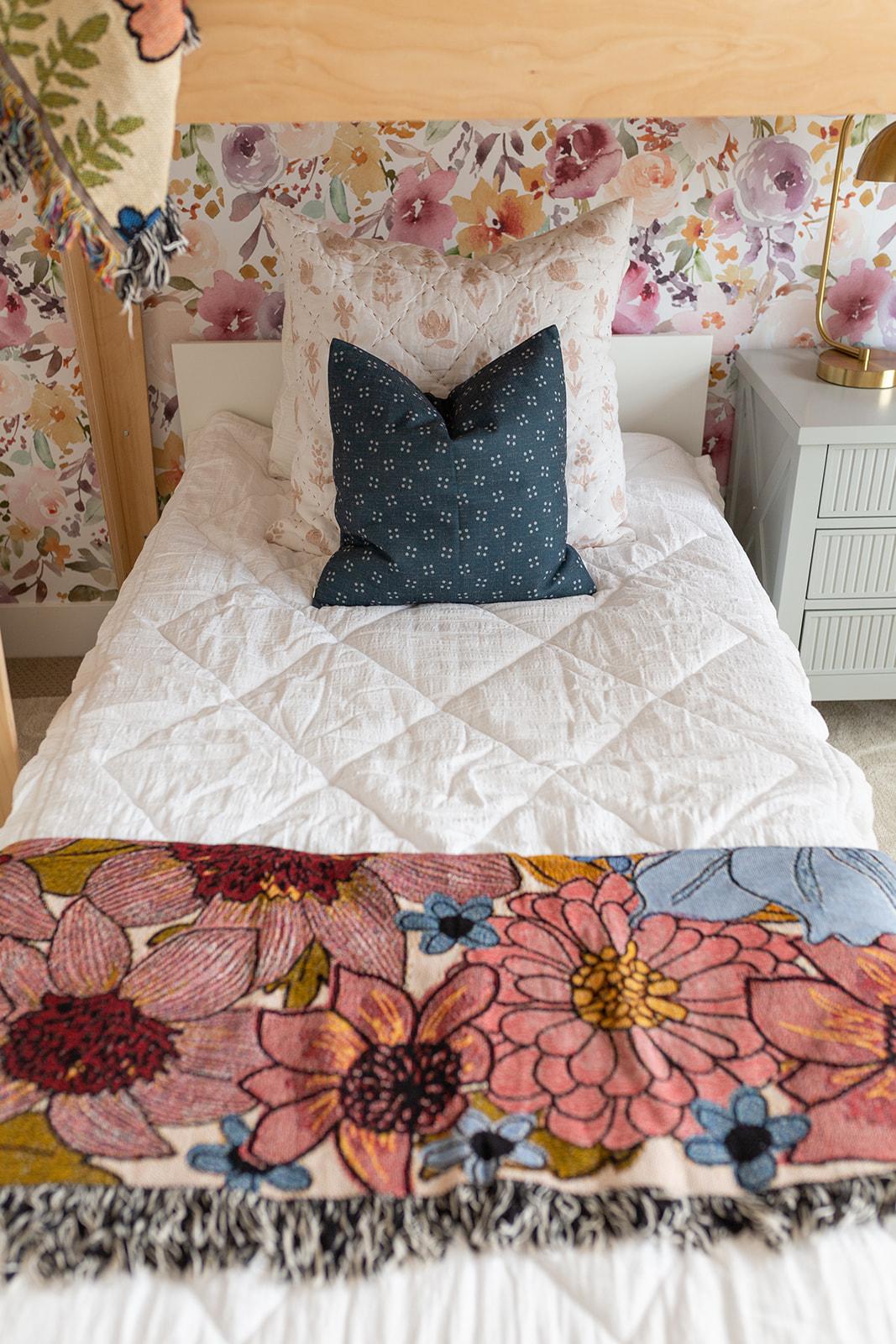the bedding is so gorgeous www.twistmepretty.com