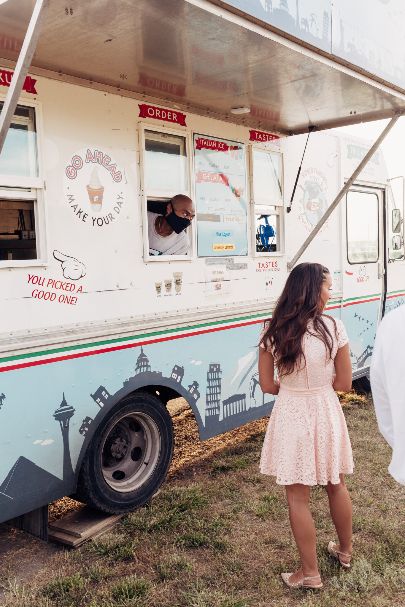 How to cater your wedding on a budget with food trucks. www.twistmpretty.com