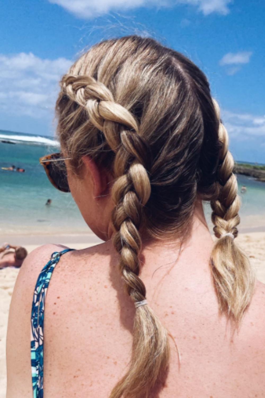 Trenzar tu cabello evitará que se enrede y estorbe cuando te acuestes y juegues en la playa.  www.twistmepretty.com
