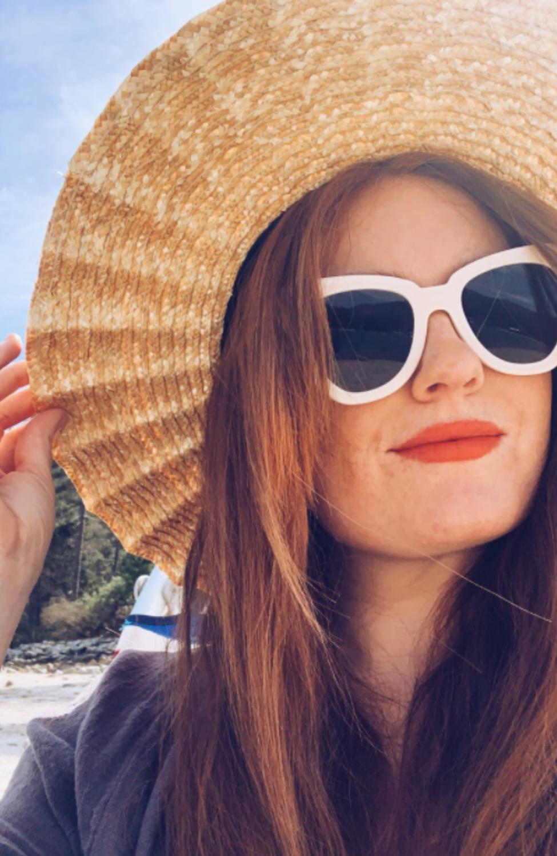 Peina tu cabello con un hermoso y grande sombrero de playa cuando estés bajo el sol todo el día.  www.twistmepretty.com