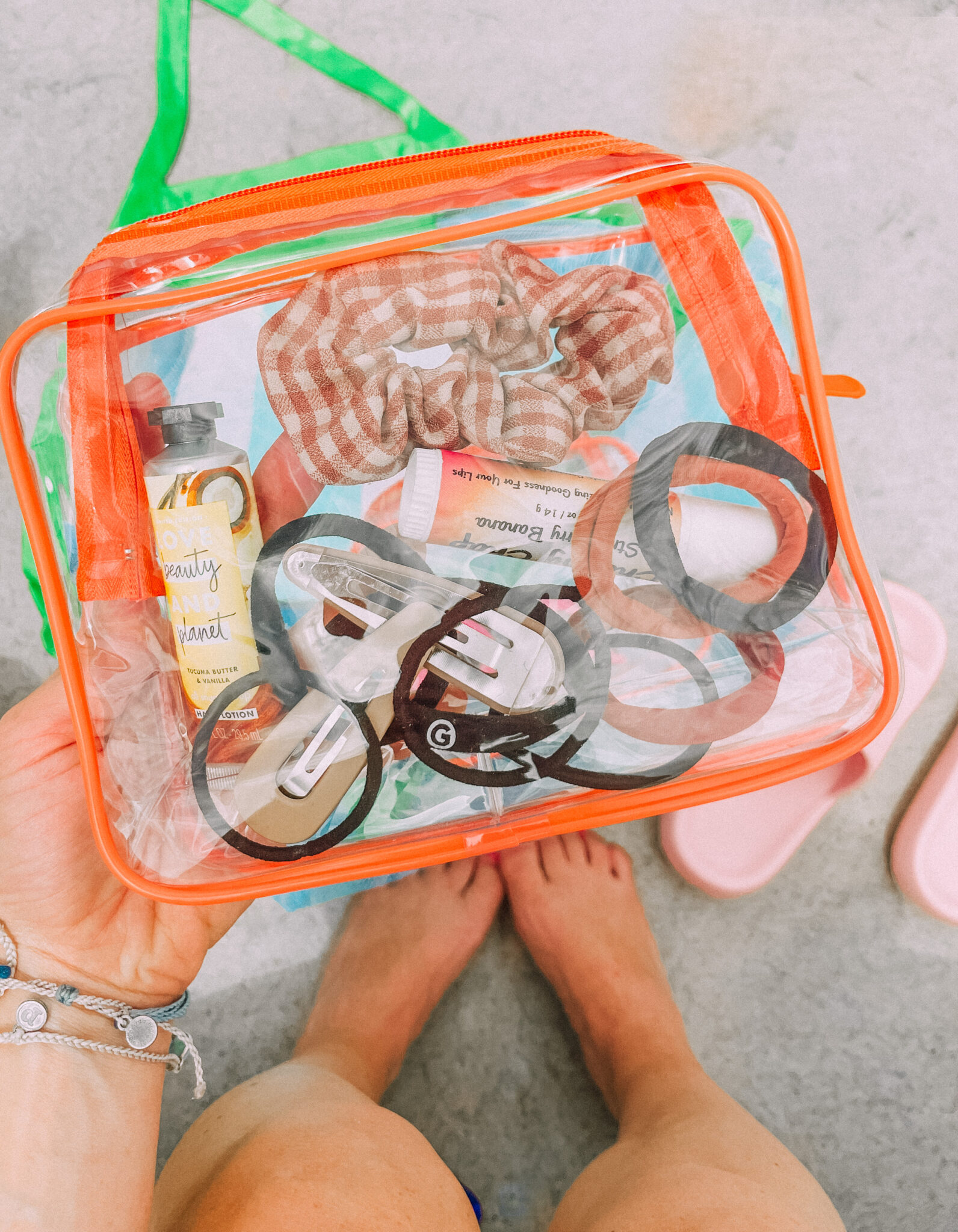 keep things organized with this clear pouch. www.twistmepretty.com