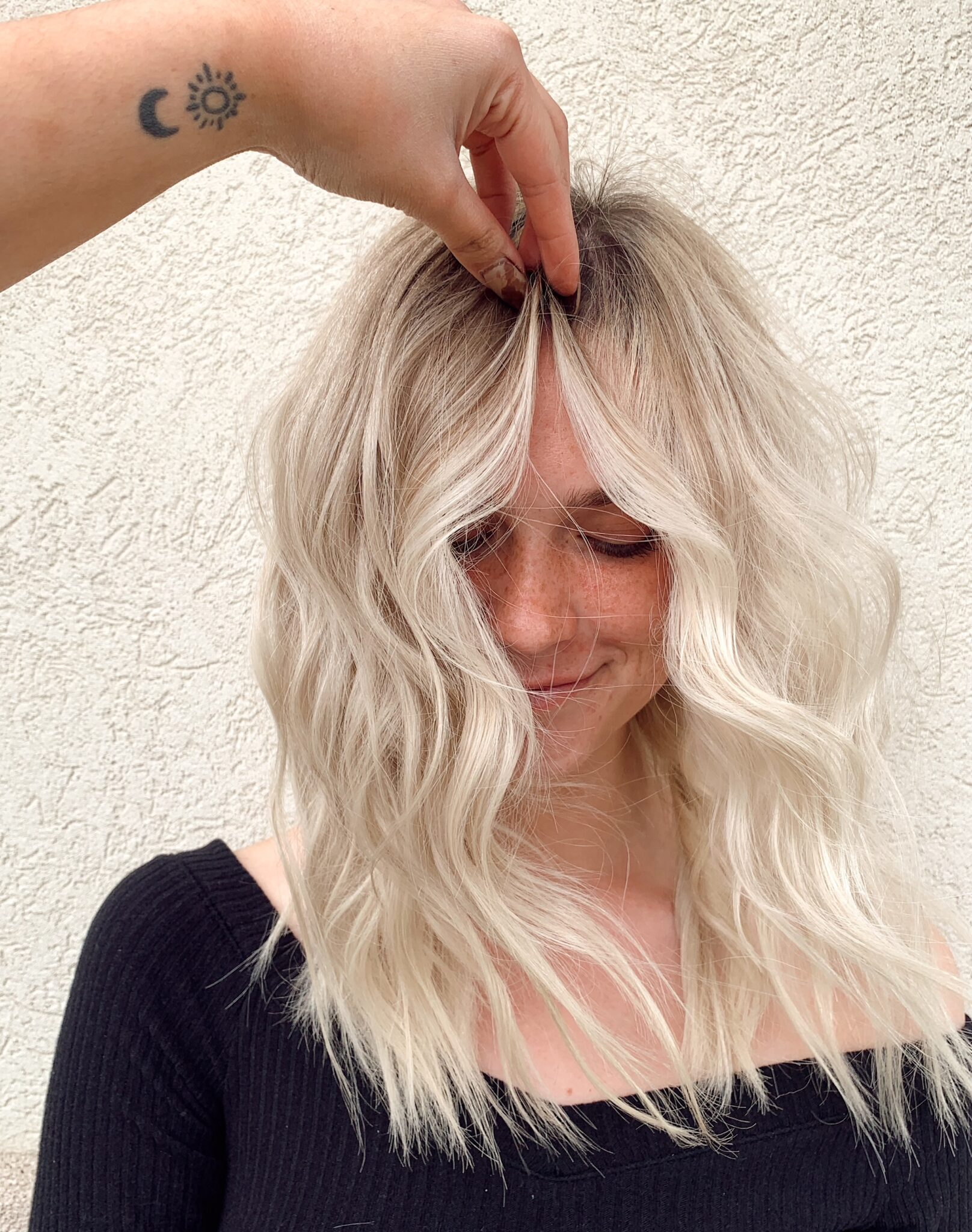 Siga estos consejos rápidos para encontrar el estilista adecuado para su hermosa melena.  www.twistmepretty.com