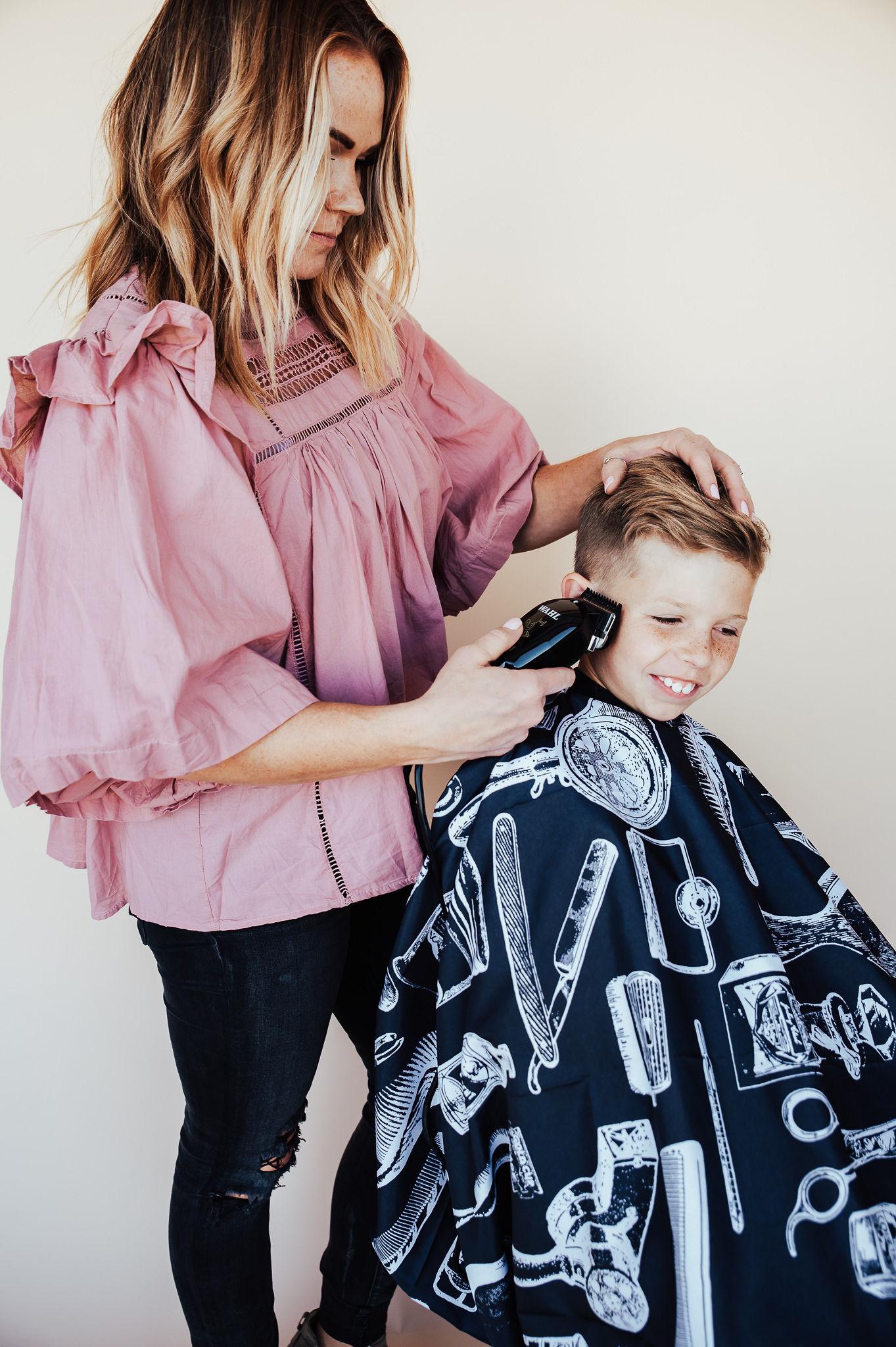 los beneficios de cortar el cabello de su hijo en casa.  www.twistmepretty.com
