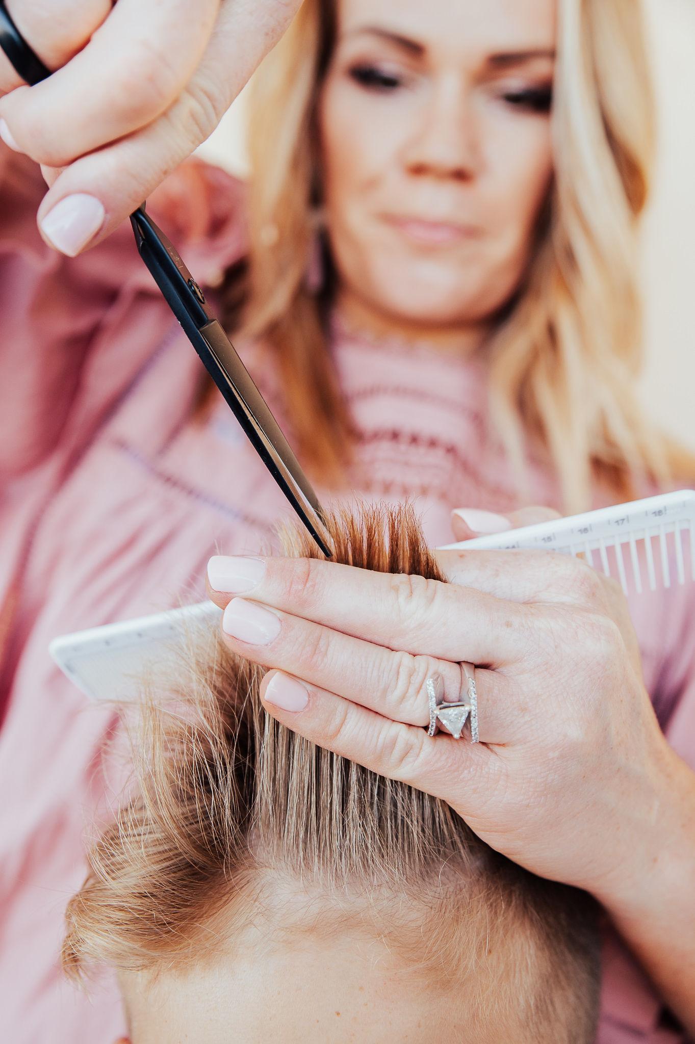 usando la caja de corte de pelo para cortar el cabello de su hijo en casa.  www.twistmepretty.com